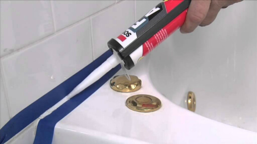 applying-bathtub-sealant